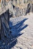 La spiaggia ha sopravvissuto i recinti di legno sulla spiaggia sabbiosa immagine stock