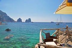 La spiaggia insolita con turchese innaffia sull'isola di Capri Fotografia Stock Libera da Diritti
