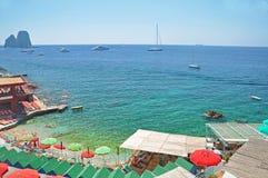 La spiaggia insolita con turchese innaffia sull'isola di Capri Fotografia Stock
