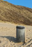 La spiaggia pulisce - la pattumiera Immagine Stock
