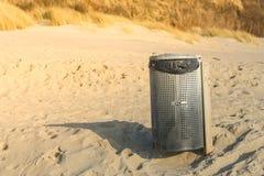 La spiaggia pulisce - la pattumiera Immagini Stock