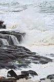 La spiaggia rocciosa con lo schianto tempestoso ondeggia nel nord-ovest pacifico Immagini Stock Libere da Diritti