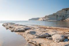 La spiaggia rocciosa vicino al ` di Turchi di dei di Scala del ` in Sicilia Fotografia Stock