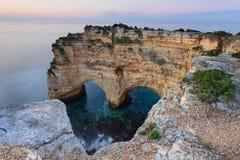 La spiaggia romantica in Algarve con un cuore ha scolpito nella roccia Immagini Stock Libere da Diritti