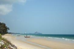 La spiaggia sabbiosa dell'Oceano Indiano immagini stock