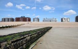 La spiaggia Sussex orientale alloggia l'acqua fotografie stock libere da diritti