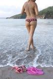La spiaggia tropicale topless della donna calza il bikini Immagine Stock