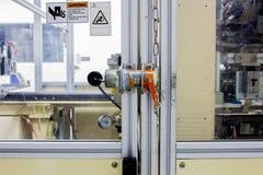 La spina di sicurezza sulla porta di macchinario a macchina utilizzata nel tempo di lavoro Fotografia Stock Libera da Diritti