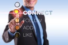 La spinta dell'uomo di affari connette il bottone Fotografia Stock
