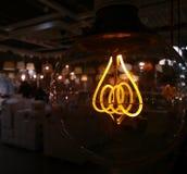 La spirale della lampada di Edison splende con una luce debole immagine stock