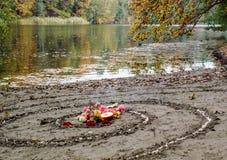 La spirale magique fonctionne à côté d'un lac, autel de wicca Religion païenne photos stock