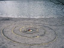 La spirale magique fonctionne à côté d'un lac, autel de wicca Religion païenne photo libre de droits