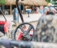 La sporcizia bikes e guida in fango nella Repubblica dominicana fotografia stock libera da diritti