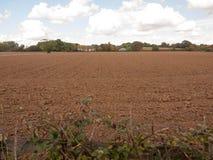 La sporcizia BRITANNICA del campo dell'azienda agricola recentemente arata e svuota Fotografie Stock Libere da Diritti
