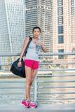 La sportiva beve l'acqua prima dell'esercizio Donna atletica in spor Immagini Stock