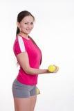 La sportiva con l'allenamento delle teste di legno esegue Fotografie Stock Libere da Diritti