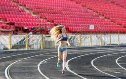 La sportiva funziona su un percorso allo stadio Fotografia Stock Libera da Diritti