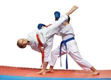 La sportiva sta battendo l'alta gamba di scossa alla testa un atleta Fotografia Stock