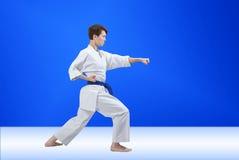 La sportive adulte avec la ceinture bleue bat le bras de poinçon Photo libre de droits