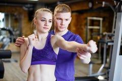 La sportive forme la boxe avec l'entraîneur dans le gymnase photo libre de droits