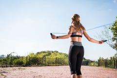 La sportive sautant sur la corde à sauter photos stock