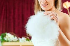 La sposa ai vestiti acquista per i vestiti da cerimonia nuziale Immagini Stock Libere da Diritti