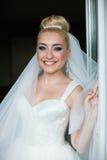 La sposa bionda dello stilysh sveglio stupefacente dell'eleganza sta posando sul BAC Immagini Stock Libere da Diritti