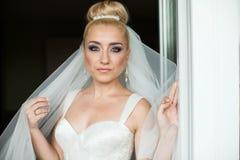 La sposa bionda dello stilysh sveglio stupefacente dell'eleganza sta posando sul BAC Fotografia Stock