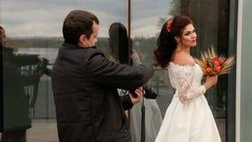 La sposa che posa al fotografo video d archivio
