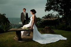 La sposa che si siede con il vestito ha allungato fuori dietro Fotografia Stock