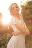 La sposa con capelli biondi indossa il vestito lussuoso e gli accessori Fotografie Stock