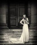 La sposa con nozze fiorisce il mazzo in vestito bianco con l'acconciatura ed il trucco di nozze Donna sorridente in vestito da sp fotografie stock libere da diritti