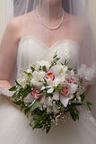 La sposa con un mazzo dei fiori Fotografie Stock Libere da Diritti