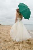La sposa con un parasole Immagini Stock