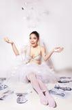 La sposa di divertimento ha rotto una foto che mostra lo sposo Fotografia Stock