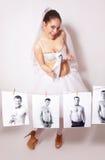 La sposa di divertimento ha rotto una foto che mostra lo sposo Immagini Stock Libere da Diritti