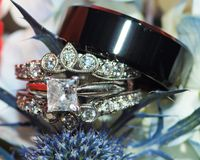 La sposa e la fede nuziale degli sposi in fiori si chiudono su fotografie stock libere da diritti