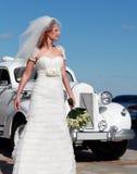 La sposa e l'automobile di cerimonia nuziale Fotografie Stock Libere da Diritti