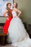 La sposa e la sua damigella d'onore con un vetro di vino Fotografia Stock Libera da Diritti