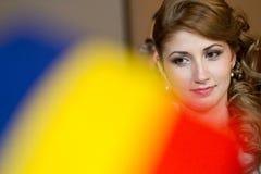 La sposa e lo sposo al contratto di firma di nozze registrano Fotografia Stock