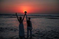 La sposa e lo sposo al tramonto Immagine Stock