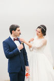 La sposa e lo sposo allegati al fronte incartano i baffi, vetri Fotografia Stock