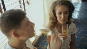 La sposa e lo sposo bevono lo shampagne nella camera di albergo video d archivio