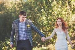 La sposa e lo sposo che posano nella foresta Fotografie Stock