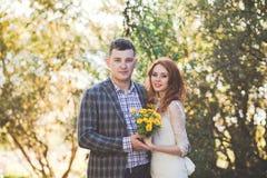 La sposa e lo sposo che posano nella foresta Fotografia Stock