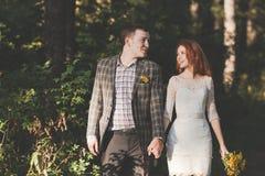 La sposa e lo sposo che posano nella foresta Fotografia Stock Libera da Diritti
