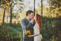 La sposa e lo sposo che posano nella foresta Immagine Stock Libera da Diritti