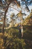 La sposa e lo sposo che posano nella foresta Immagini Stock