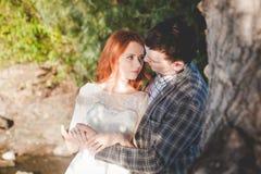 La sposa e lo sposo che si abbracciano nella foresta Fotografie Stock Libere da Diritti