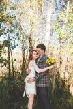 La sposa e lo sposo che si abbracciano nella foresta Fotografie Stock
